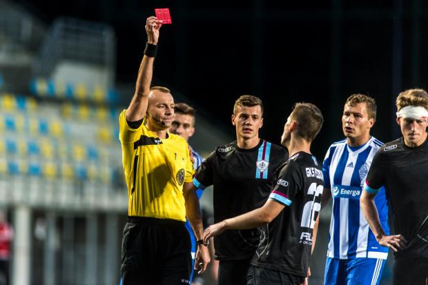 Piłkarski sędzia w III lidze otrzymuje 550 zł brutto za jedno spotkanie.