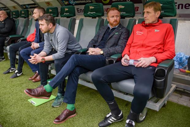 Piotr Stokowiec (drugi od prawej) i jego współpracownicy przystali na czasową obniżkę zarobków. Trwają negocjacje z piłkarzami.
