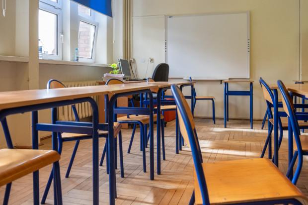 Egzaminy ósmoklasistów i matury zostają przesunięte - ich termin na razie nie jest znany.