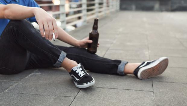 Nastolatkowie spotkali się, mimo zakazu w związku z koronawirusem. Zdjęcie ilustracyjne.