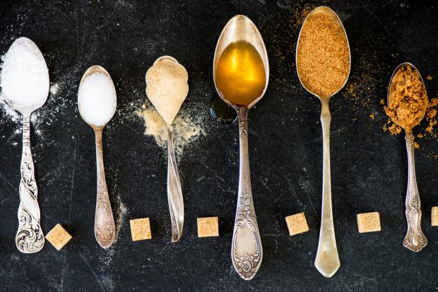 Nie dajmy się zwieść: biały cukier, kokosowy, trzcinowy lub brązowy to wciąż cukier, który szkodzi naszemu zdrowiu.