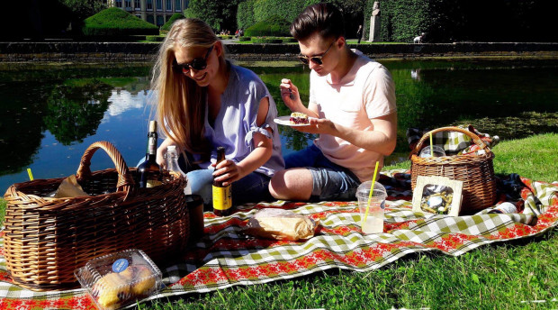 Piknik w parku Oliwskim to dobry pomysł, zwłaszcza gdy możemy przy okazji zjeść coś smacznego. Kosz wypełniony smakołykami proponuje coraz więcej restauracji, a ten na zdjęciu pochodzi od bistro Jak się masz?