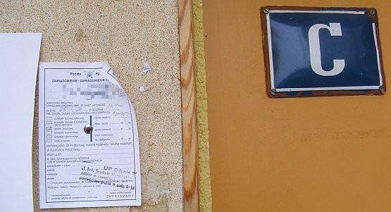 Pocztowe awiza trafiają do adresatów na różne sposoby. To ze zdjęcia zostało przyczepione do tablicy ogłoszeń pinezką.