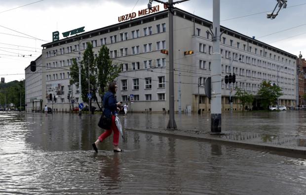 Skrzyżowanie ul. Hucisko, 3 Maja i Nowe Ogrody, obok Urzędu Miejskiego i Komendy Miejskiej Policji to jedno z miejsc regularnie zalewanych przy większych opadach deszczu.