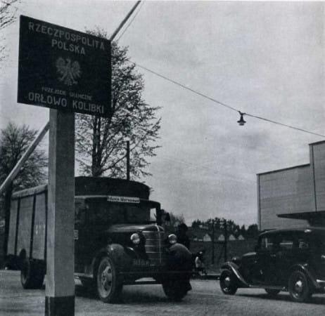 Polski posterunek celny na granicy między WMG i Gdynią w Orłowie. Mały drewniany budyneczek postawiono tuż za przejazdem pod torami kolejowymi. Budynek posterunku gdańskiego stał po przeciwnej stronie drogi.