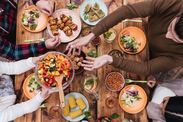 Nie od razu każdy polubi wszystkie dostępne na straganie warzywa. Niektóre są bardzo specyficzne i nie każdej osobie przypadną do gustu. Na początku warto zatem skupiać się na warzywach, które są delikatne w smaku.