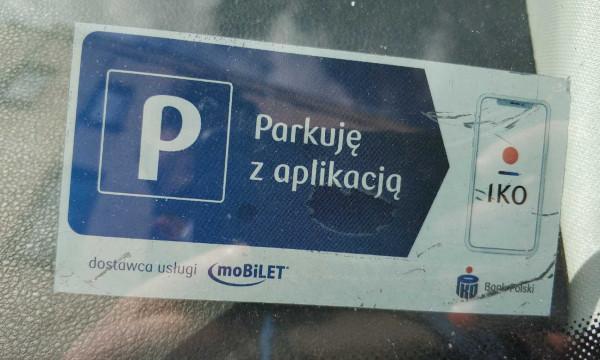 Naklejka na szybie samochodu pana Rafała informująca, że kierowca za parkowanie płaci mobilnie.