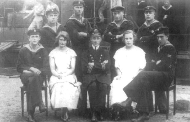 Ks. Władysław Miegoń w otoczeniu marynarzy i najprawdopodobniej sanitariuszek.