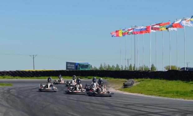 W wyścigach gokartów może uczestniczyć maksymalnie sześć osób.