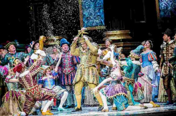 """Operę """"Rigoletto"""" Verdiego w reżyserii Gilberto Deflo Teatru Wielkiego - Opery Narodowej będzie można obejrzeć w trzy kolejne soboty maja na platformie VOD Teatru Wielkiego."""