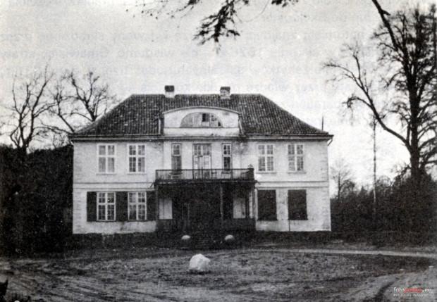 Dwór Ernsttal na zdjęciu z przełomu lat 40. i 50. Dzięki niemu wiadomo, że budynek przetrwał nietknięty II wojnę światową.