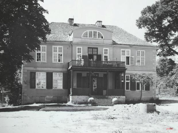 Dwór Ernsttal na zdjęciu z 1977 r. Warto zwrócić uwagę, że istniała wówczas, nakryta balkonem, drewniana weranda oraz kamienne kule, które spoczywały u podnóża schodów.
