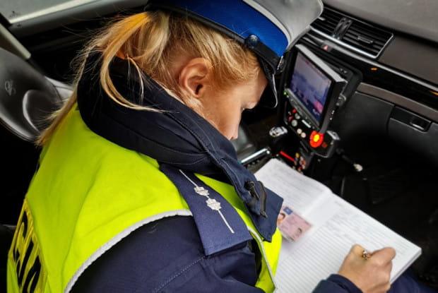 Najważniejsza zmiana w przepisach ruchu drogowego tyczy się zabierania prawa jazdy za przekroczenie dozwolonej prędkości o 50 km/h także poza terenem zabudowanym.