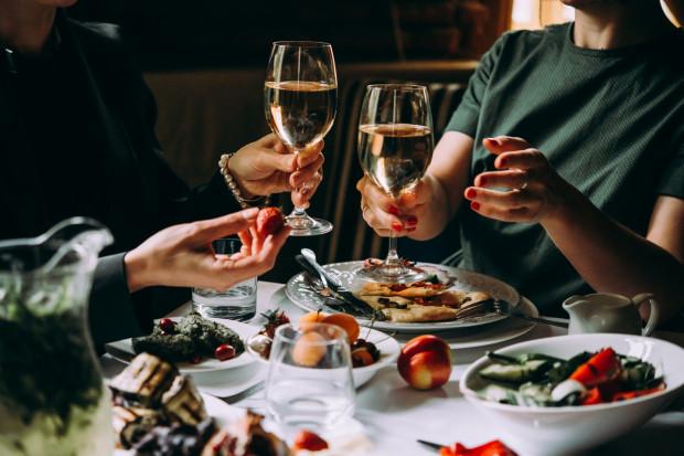 Warto celebrować wspólny posiłek w gronie bliskich osób. Miłe towarzystwo, pyszne jedzenie i wino, czasem więcej do szczęścia nie potrzeba.