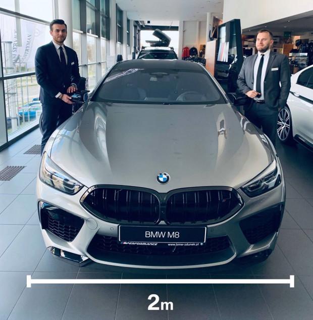 W salonach BMW Zdunek zalecany dystans wynosi 2 m.