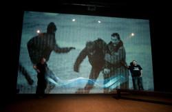 Na ekranie projekcyjnym przez większość przedstawienia obserwujemy archiwalne zdjęcia - dokumentację wydarzeń związanych z Ruchem Wolność i Pokój.
