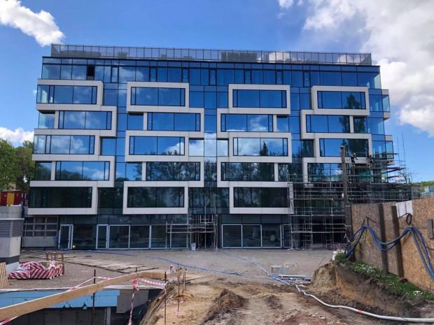 Elewacja biurowca Square jest już odsłonięta. Bogata szklana fasada pozwoli pracownikom cieszyć się widokiem na zieleń Parku Centralnego.