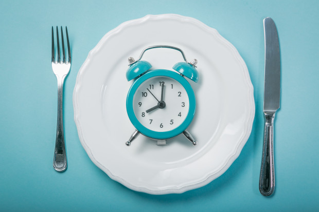 Popularną odmianą postu przerywanego (Intermittent Fasting - IF) jest ośmiogodzinne okienko, w trakcie którego możemy jeść. Taka dieta ma coraz więcej zwolenników.