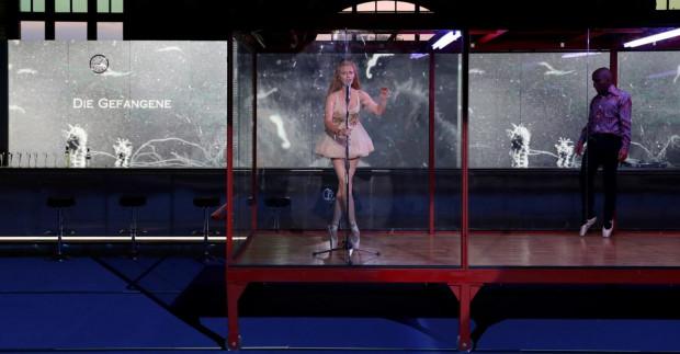 """""""Francuzi"""" Nowego Teatru w Warszawie będzie można obejrzeć online od soboty 23 maja (godz. 20) przez kolejne 36 godzin."""
