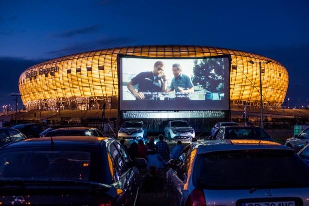 W kinie samochodowym ścieżkę dźwiękową słychać w głośnikach własnego samochodu - wystarczy ustawić odpowiednią częstotliwość radiową. Na zdjęciu: kino samochodowe w Gdańsku, 2017 rok. W ten piątek kina samochodowe zawitają do Gdyni i Sopotu.