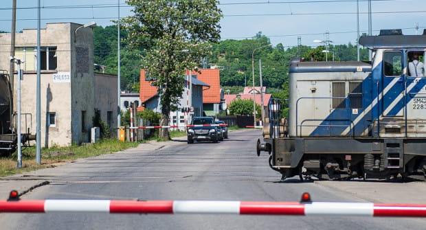 Przejazd na ul. Puckiej między ul. Hutniczą i ul. Unruga. Tu powstanie wiadukt.