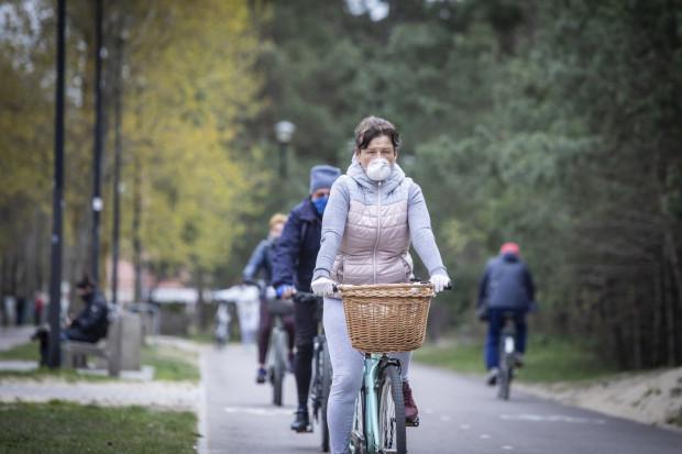 Jazda w maseczce na rowerze może być uciążliwa. Zdjęcie ilustracyjne.