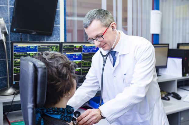 Prof. Marcin Gruchała jest specjalistą chorób wewnętrznych i kardiologii oraz nauczycielem akademickim.