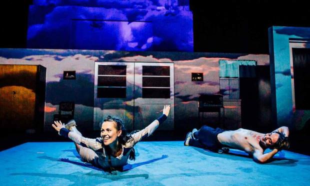 """Nowy Teatr w Warszawie włącza się w obchody Dnia Dziecka, proponując tym razem w niedzielę """"Piotrusia Pana"""" w reżyserii Łukasza Kosa (na zdjęciu) i powtórkę """"Indian"""" Teatru 21 w sobotę. Oba tytuły zostaną w sieci do poniedziałku, 1 czerwca."""