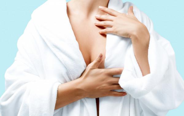 Aby właściwie dbać o piersi w domu, warto zacząć od hartowania skóry w trakcie codziennych kąpieli, stosując naprzemiennie ciepłą i chłodną wodę.