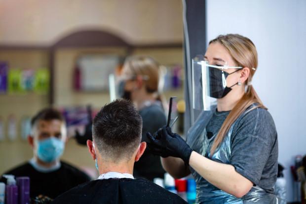 Ceny środków ochrony spadają i taką zmianę powinny też uwzględniać gabinety lekarskie czy salony fryzjerskie.