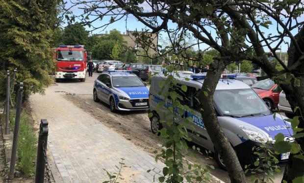 Policjanci odebrali zgłoszenia o ładunkach wybuchowych w sopockich liceach. To najprawdopodobniej fałszywe alarmy. Radiowozy przyjechały jednak także pod CKZiU 1 w Gdyni.