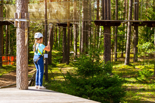 Starsze dzieci mogą spędzić wakacje, korzystając z kolonii i obozów.