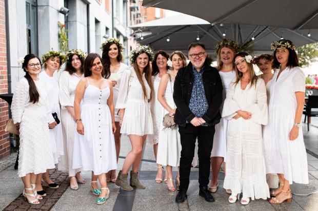 Tego dnia obowiązywał letni dress code. Wszyscy goście zostali poproszeni o przybycie w białych strojach, a panie o ozdobienie włosów wiankiem z kwiatów. Gościem specjalnym był Hirek Wrona.
