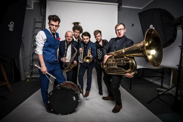 Koncert BumBum OrkeStar to propozycja dla wszystkich - będzie to muzyczny show z muzyką klezmerską. Dlatego bilety na koncert, który odbędzie się 28 lipca w Operze Leśnej, są najtańsze spośród wszystkich propozycji lata z Teatrem Atelier.