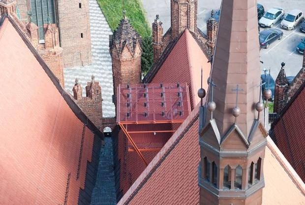 Dzięki 16 antenom umieszczonym na dachu kościoła św. Katarzyny można uzyskać sygnał z sześciu pulsarów.