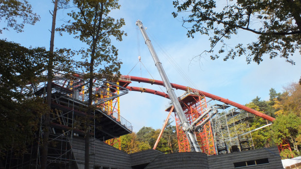 Ostatnie chwile przed połączeniem dwóch ostatnich elementów ogromnych dźwigarów, na których oprze się dach Opery Leśnej.