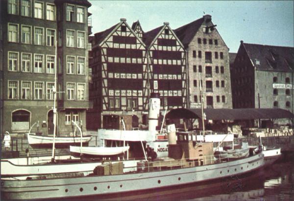 """""""Turek"""" i sąsiadujące spichlerze przed zniszczeniem w 1945 r. Zdjęcie publikowane w """"Danziger Hauskalender""""."""