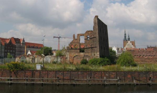 """Ruiny spichlerza """"Turek"""" na północnym cyplu Wyspy Spichrzów."""
