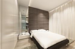W sypialni zrezygnowano z części luster, szklane matowe drzwi między pokojami przepuszczają naturalne i sztuczne światło.