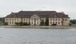 Po drugiej stronie kanału portowego stoi okazały niczym pałac budynek Poczty Morskiej, którą zaprojektował ten sam architekt, Czesław Świałkowski. Do niedawna były tu magazyny Poczty Polskiej, ta jednak chce obiekt sprzedać.