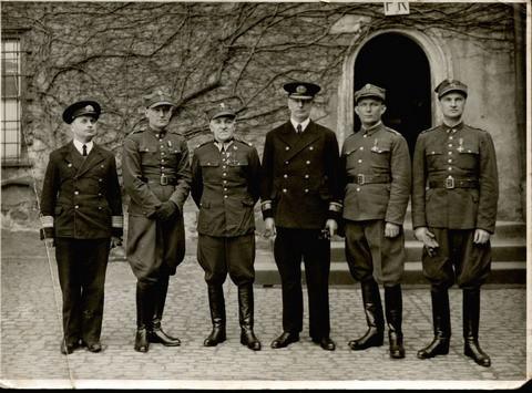 Admirał Józef Unrug w otoczeniu oficerów w niemieckiej niewoli.