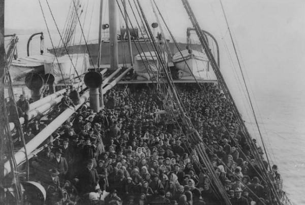 Na statkach z emigrantami trudno było znaleźć wolne miejsce.