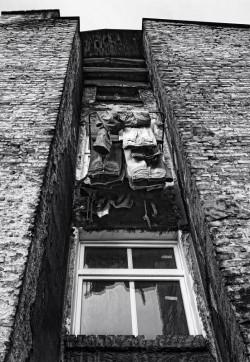 Niektórzy mieszkańcy na własny koszt wymieniają okna, jednak ich komfort życia nadal pozostawia wiele do życzenia.