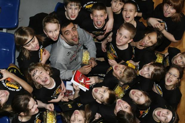 Uczestnicy koszykarskich ferii bawili się świetnie. Nz. z graczem Trefla Sopot Marcinem Stefańskim.