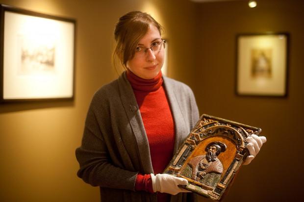 Kustosz wystawy Katarzyna Piotrowska z cennym kaflem, pochodzącym z pieca w Dworze Artusa z 1545 roku, który trafił do muzeum dzięki zapisowi w testamencie.