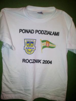 Takie koszulki wręczyli młodym lechistom przedstawiciele stowarzyszenia Arki Gdynia.