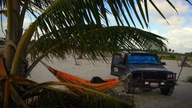 Hamak rozwieszony między samochodem a palmą to według Michała Frąckowiaka najlepsze miejsce na nocny wypoczynek.