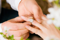 Pierścionek zaręczynowy z DNA ukochanego