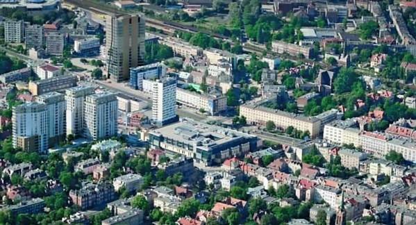 Deweloperem Neptuna (widoczny w lewym górnym rogu) jest firma Hines, ta sama, która zbudowała osiedle mieszkaniowe Quattro Towers (widoczne po lewej stronie zdjęcia).