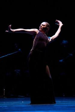 Charo Espino była ozdobą Paco Peña Flamenco Dance Company - zarówno jej niezwykle zmysłowy taniec, jak i kastaniety wtórujące gitarze lidera zespołu - Paco Peñi, na długo pozostają w pamięci.